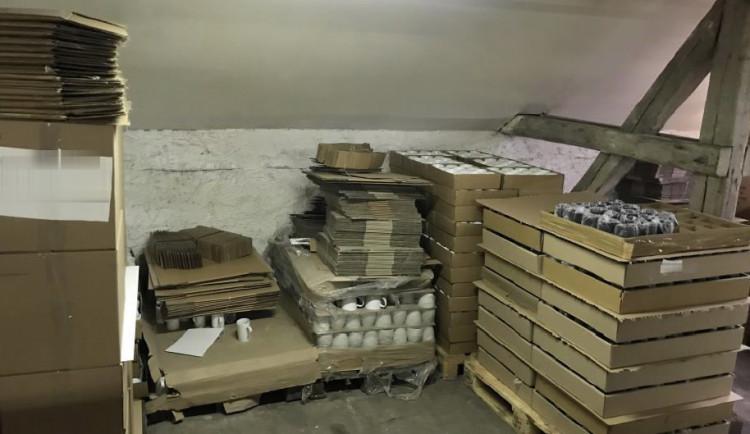 Zloděj netroškařil a odnesl si rovnou 360 porcelánových hrníčků
