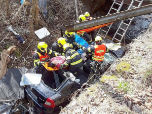 Opilý a zfetovaný řidič BMW vytlačil při předjíždění ženu do koryta řeky