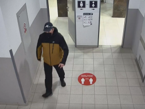Neznámý muž si natáčel ženy na toaletách v obchodním domě