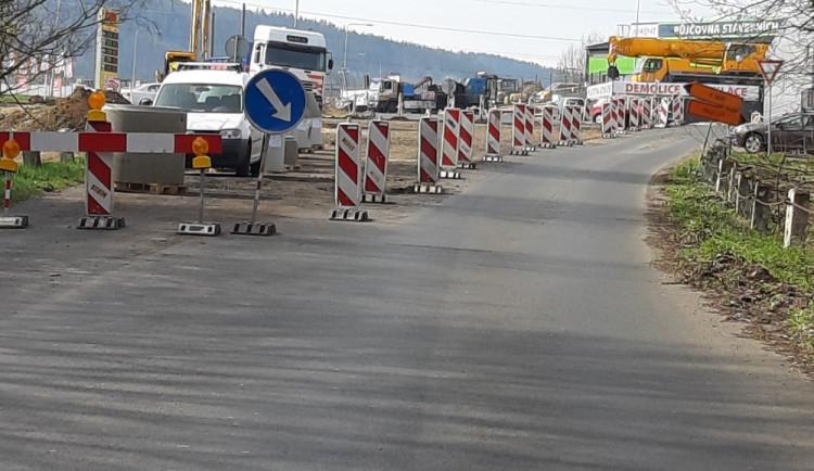 Modernizace průsečné křižovatky běží za plného provozu, dopravu řídí semafory