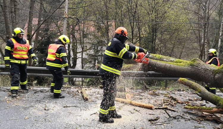 Silný vítr se prohnal Karlovarským krajem, hasiči se celý den nezastavili