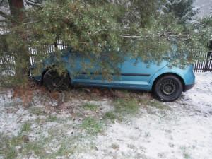 Řidič se zákazem řízení způsobil nehodu a ujel, policie ho dopadla podle SPZ, kterou ztratil