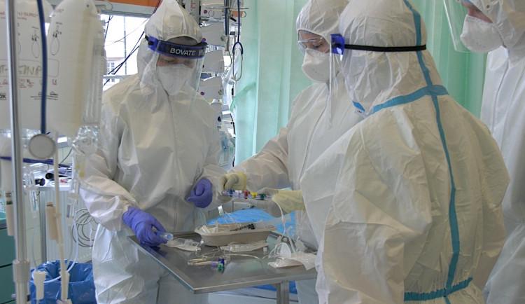 Nejtěžší vlnu pandemie přežily nemocnice díky odhodlanosti personálu