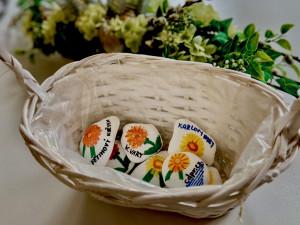 Žluté kvítky se letos v květnu prodávat nebudou, můžete se ale zapojit do tvorby květinových kamínků
