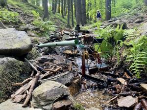 Mlýnky u lesního potůčku zvesela klapou už desítky let, opředeny jsou i řadou pověstí
