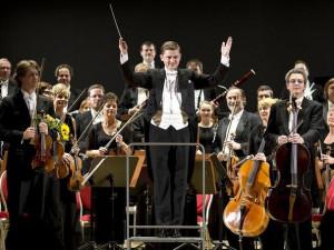 Karlovarský symfonický orchestr se loučí s šéfdirigentem Janem Kučerou