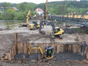 Demolice Dvorského mostu skončila, dodavatelská firma začíná betonovat pilíře mostu nového