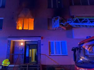 Hasiči z hořícího bytu zachránili dvě uvězněné osoby, zbytek domu se musel evakuovat
