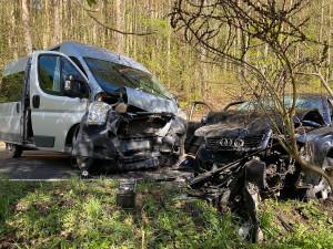 Mladý řidič Audi riskoval a srazil se s dodávkou, výsledkem je šest zraněných