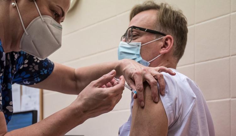 Karlovarský kraj slíbil otevřít devět očkovacích center, slib ale nesplnil