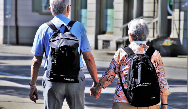 Karlovarský kraj bude opět vyhlašovat Seniora roku