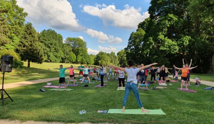 Den jógy oslaví v Mariánských Lázních tréninkem správného dýchání