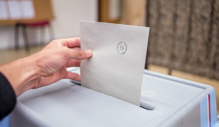 Většina stran v Karlovarském kraj už má lídry kandidátek do podzimních voleb