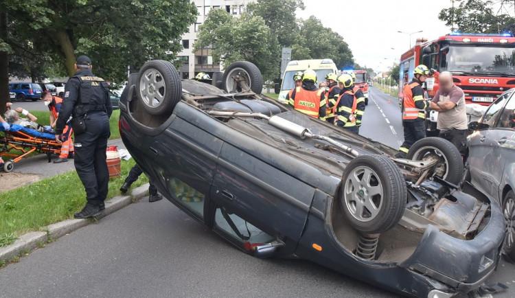 Při střetu dvou vozidel v centru Karlových Varů se jedno převrátilo na střechu