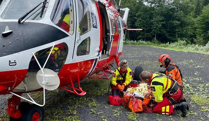 Letečtí záchranáři zasahovali u zraněného cyklisty na Klínovci. Nezvládl obtížný terén