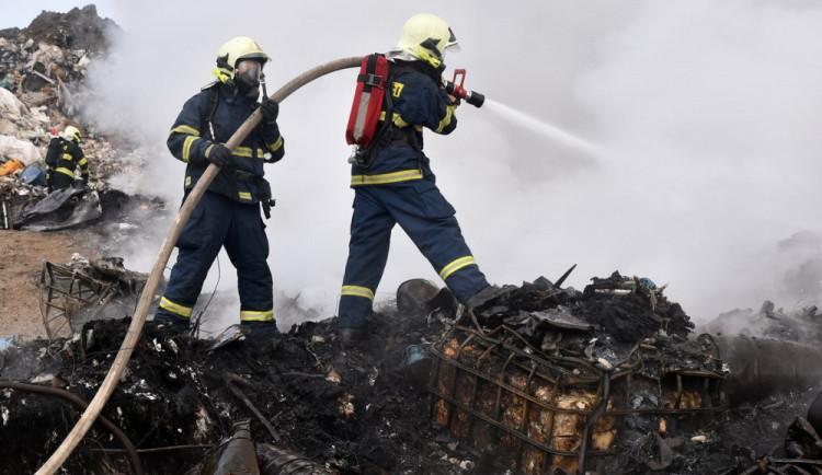 U Drmoulu hasiči druhým dnem likvidují požár seníku