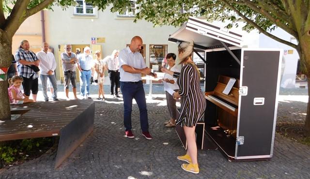 V Chebu mají na náměstí piano, přáli si to místní