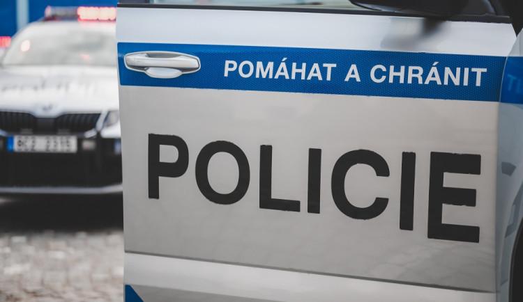 Při nehodě dvou aut u Karlových Varů zemřelo dítě a matka