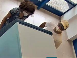 Kamera zachytila dvě osoby při výběru peněz z odcizené platební karty, u které měla majitelka poznamenaný PIN