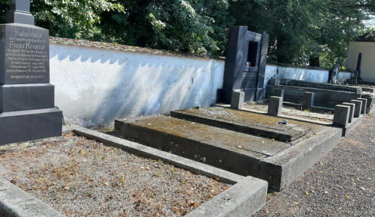 Ostrov dokončil obnovu vybraných historických hrobů na městském hřbitově