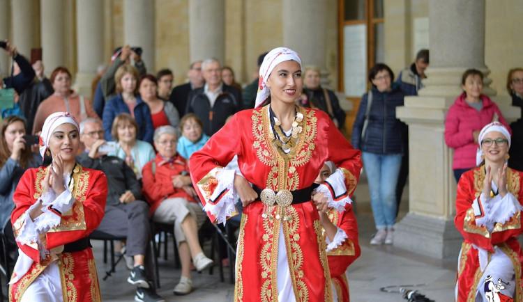 Folklorního festivalu ve Varech se letos opět účastní i zahraniční soubory