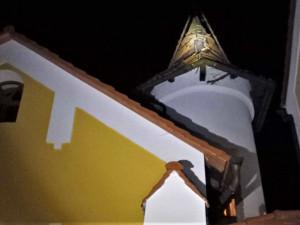 Do střechy hotelové věže udeřil při bouřce kulový blesk, nadělal tam pěknou paseku