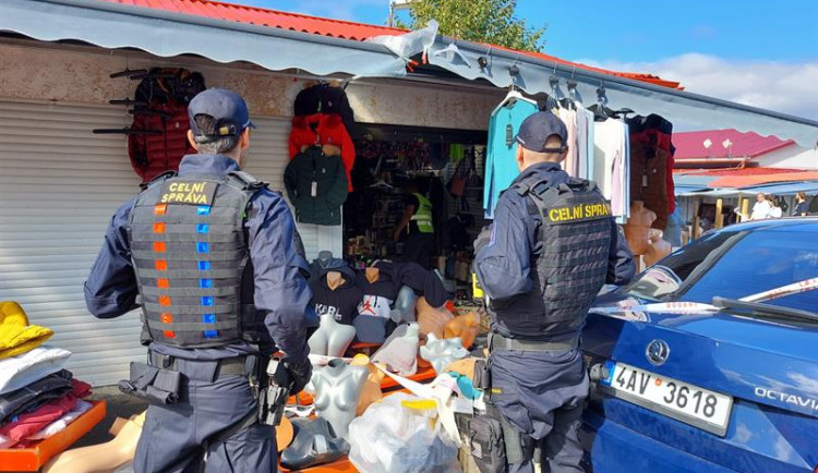 Celníci našli na Chebsku padělky textilu, prodejem by vznikla škoda 40 milionů
