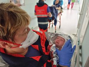 Malý Honzík přišel na svět přímo v sanitce karlovarské záchranky