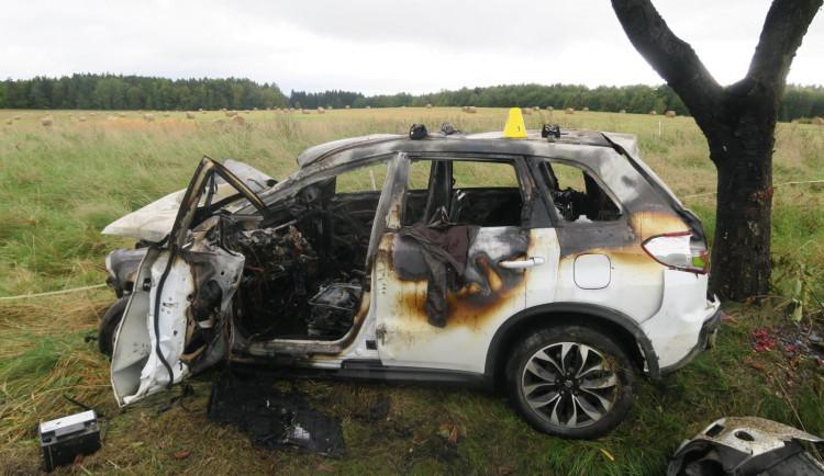 Řidič po předjíždění narazil do sloupku, dvou stromů a ohradníku. Nadýchal přes dvě promile