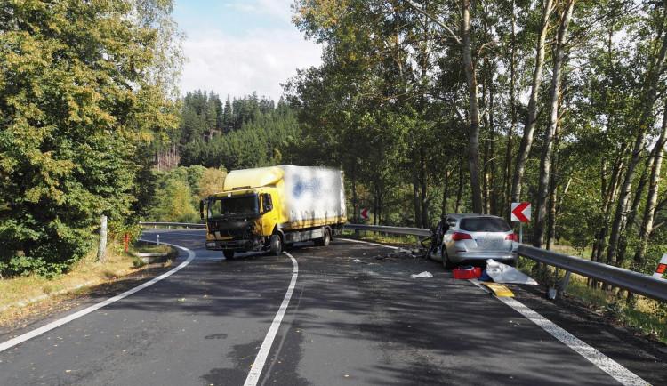 Řidič kamionu dostal smyk a vjel do protisměru. Tam se srazil s osobním autem
