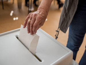 Volby podle průzkumů opět vyhraje ANO před koalicí Spolu