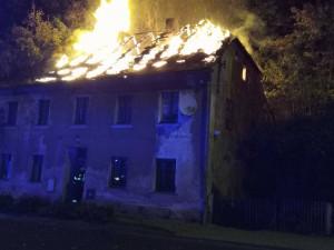 Požár u nádraží v Lokti. Shořel roky prázdný dům, hasiči evakuovali sousedy