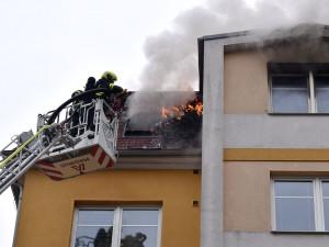 Požár v Drahovicích. Hořel podkrovní byt, zasahovalo šest jednotek hasičů