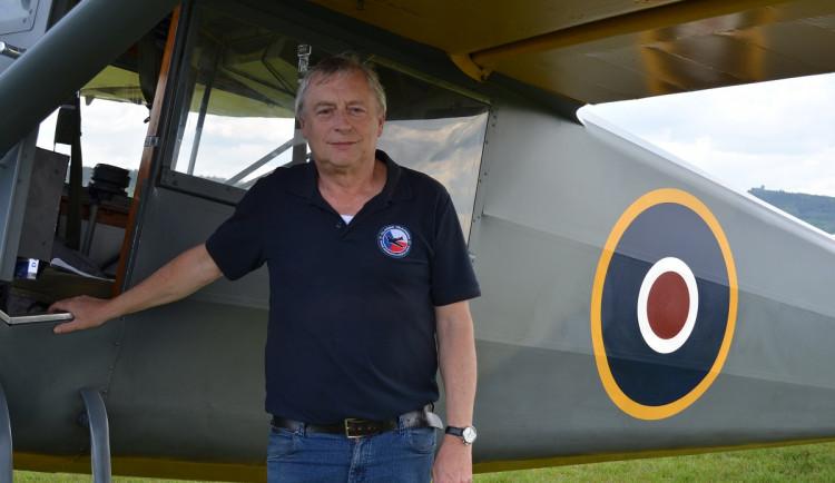 pilot Adolf Valášek u letounu Stinson AT 19B